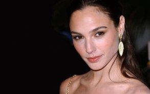 gal-gadot-beauty-earrings